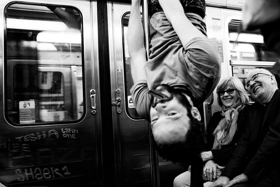Les strip teaseurs du métro [ performance métro parisien ]